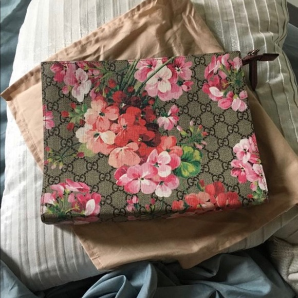 dee57163cf8901 Gucci Bags | Blooms Gg Large Clutch Lightly Used | Poshmark